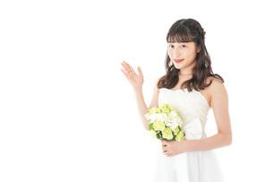 ブーケを持ち指差す花嫁の女性の写真素材 [FYI04716278]