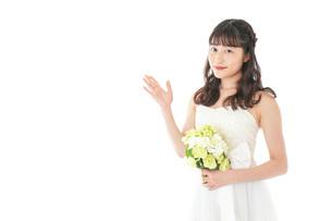 ブーケを持ち指差す花嫁の女性の写真素材 [FYI04716290]