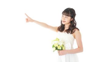 ブーケを持ち指差す花嫁の女性の写真素材 [FYI04716295]