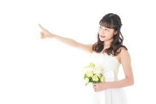 ブーケを持ち指差す花嫁の女性の写真素材 [FYI04716296]