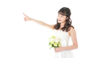 ブーケを持ち指差す花嫁の女性の写真素材 [FYI04716303]