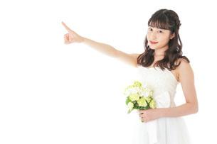 ブーケを持ち指差す花嫁の女性の写真素材 [FYI04716307]