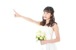 ブーケを持ち指差す花嫁の女性の写真素材 [FYI04716313]