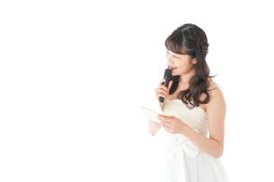 マイクでスピーチをする花嫁の写真素材 [FYI04716314]