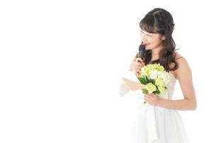 手紙を読む花嫁の女性の写真素材 [FYI04716318]