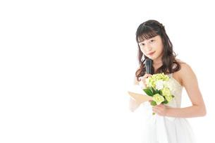 手紙を読む花嫁の女性の写真素材 [FYI04716320]