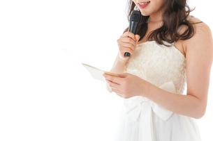 マイクでスピーチをする花嫁の写真素材 [FYI04716321]