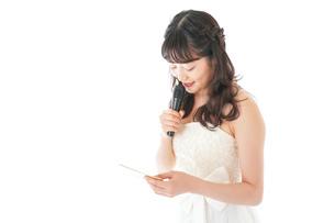 マイクでスピーチをする花嫁の写真素材 [FYI04716322]