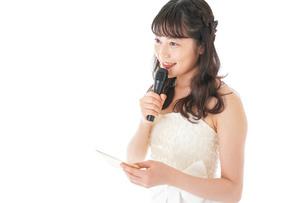 マイクでスピーチをする花嫁の写真素材 [FYI04716323]
