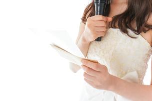 マイクでスピーチをする花嫁の写真素材 [FYI04716325]