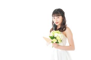 手紙を読む花嫁の女性の写真素材 [FYI04716327]