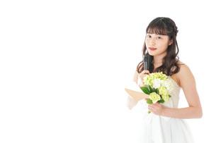 手紙を読む花嫁の女性の写真素材 [FYI04716328]