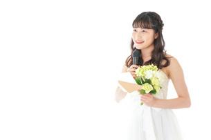 手紙を読む花嫁の女性の写真素材 [FYI04716329]