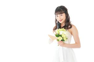 手紙を読む花嫁の女性の写真素材 [FYI04716330]