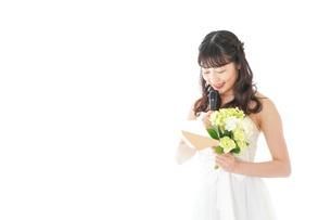 手紙を読む花嫁の女性の写真素材 [FYI04716331]