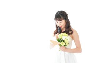 手紙を読む花嫁の女性の写真素材 [FYI04716332]