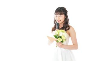 手紙を読む花嫁の女性の写真素材 [FYI04716334]