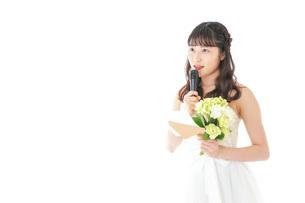 手紙を読む花嫁の女性の写真素材 [FYI04716335]