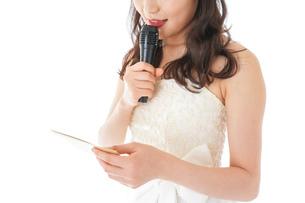 マイクでスピーチをする花嫁の写真素材 [FYI04716336]