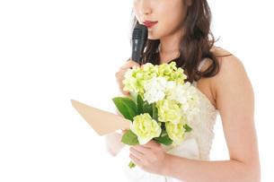 手紙を読む花嫁の女性の写真素材 [FYI04716338]