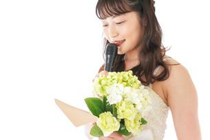 手紙を読む花嫁の女性の写真素材 [FYI04716339]