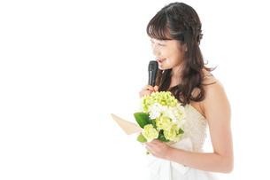 手紙を読む花嫁の女性の写真素材 [FYI04716340]