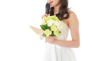 手紙を読む花嫁の女性の写真素材 [FYI04716341]