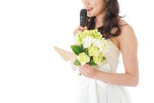 手紙を読む花嫁の女性の写真素材 [FYI04716342]