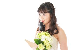 手紙を読む花嫁の女性の写真素材 [FYI04716343]