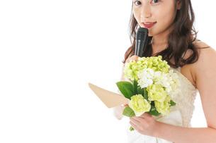 手紙を読む花嫁の女性の写真素材 [FYI04716344]