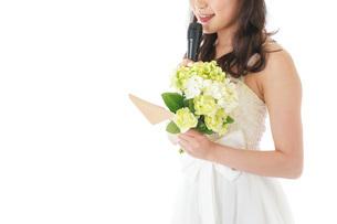 手紙を読む花嫁の女性の写真素材 [FYI04716345]