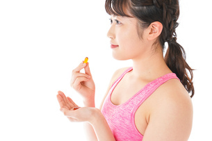 薬・サプリメントを服用する若い女性の写真素材 [FYI04716407]
