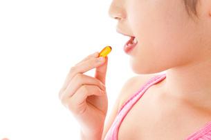 薬・サプリメントを服用する若い女性の写真素材 [FYI04716414]