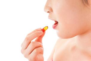 薬・サプリメントを服用する若い女性の写真素材 [FYI04716421]