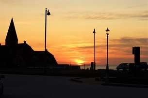 尖塔の有る海の夕焼け風景の写真素材 [FYI04716465]