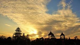 秋空の雲焼けする遊園地の写真素材 [FYI04716477]