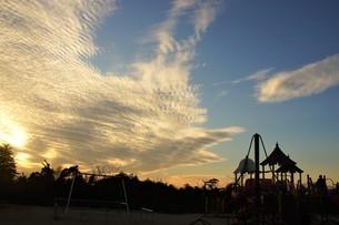 秋空の雲焼けする遊園地の写真素材 [FYI04716483]