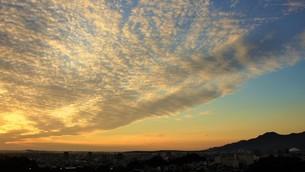 夕日に雲焼けするウロコ雲の写真素材 [FYI04716486]