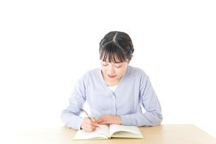 授業を受ける若い女子学生の写真素材 [FYI04716522]