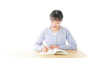 授業を受ける若い女子学生の写真素材 [FYI04716523]