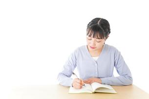 授業を受ける若い女子学生の写真素材 [FYI04716524]