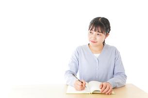授業を受ける若い女子学生の写真素材 [FYI04716529]