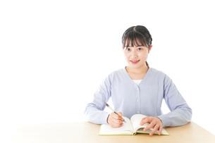 授業を受ける若い女子学生の写真素材 [FYI04716530]