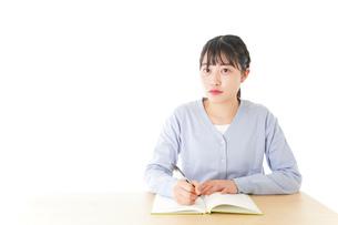 授業を受ける若い女子学生の写真素材 [FYI04716532]