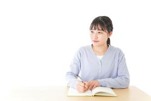 授業を受ける若い女子学生の写真素材 [FYI04716533]