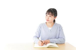 授業を受ける若い女子学生の写真素材 [FYI04716534]