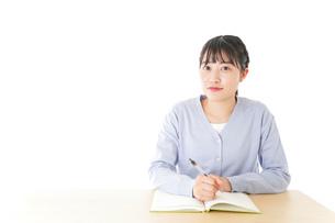 授業を受ける若い女子学生の写真素材 [FYI04716538]