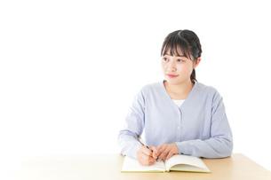 授業を受ける若い女子学生の写真素材 [FYI04716546]