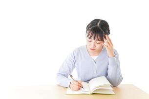 悩む若い女子学生の写真素材 [FYI04716561]