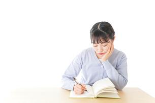 悩む若い女子学生の写真素材 [FYI04716572]